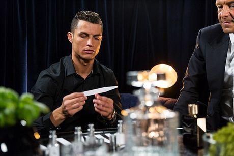 Ronaldo chay da cho sieu kinh dien bang huong nuoc hoa moi - Anh 6