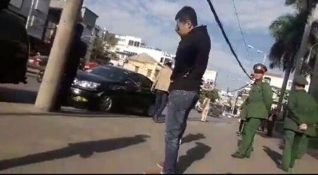 Tai xe xe bien xanh 'tung chuong' sau va cham giao thong - Anh 2