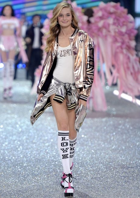 Nhung man trinh dien 'thang hoa' trong Victoria's Secret Fashion Show 2016 - Anh 25