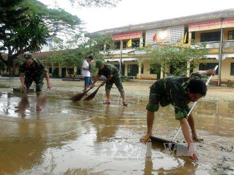 Bo doi Quang Ngai giup dan khac phuc hau qua lu lut - Anh 1