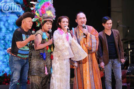 Duong Trieu Vu khong ngai om hon Dam Vinh Hung tren san khau - Anh 13