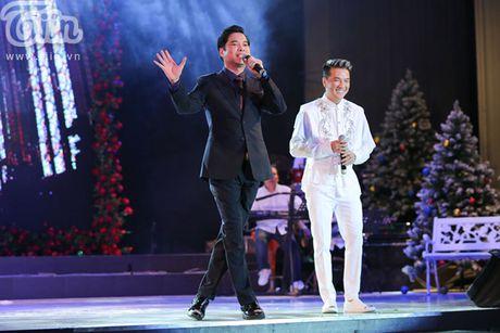 Duong Trieu Vu khong ngai om hon Dam Vinh Hung tren san khau - Anh 14