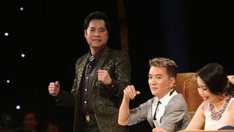 Duong Trieu Vu khong ngai om hon Dam Vinh Hung tren san khau - Anh 1