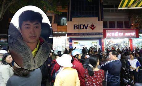 Ten cuop hon 700 trieu tai BIDV Hue len mang mua xe may roi di gay an - Anh 2