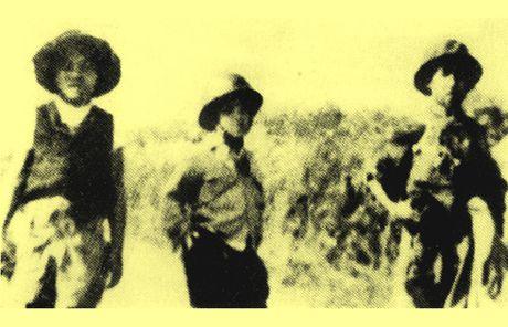 Chum anh kho quen ve Ha Noi mua dong nam 1946 (3): Ha Noi hat khuc ca khai hoan - Anh 5