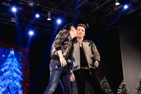 Duong Trieu Vu hon ma dong vien Dam Vinh Hung - Anh 1