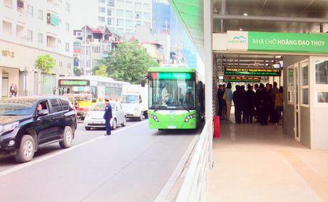 Lan dau tien xe buyt nhanh lan banh tren duong Ha Noi - Anh 1