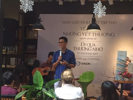 Can 'sang mat' de doc tho Nguyen Phong Viet - Anh 1