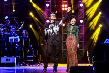 Showbiz 18/12: Duong Trieu Vu hon Mr Dam, A hau Kieu Khanh dinh hon chong dien trai - Anh 1