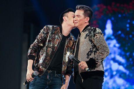 Showbiz 18/12: Duong Trieu Vu hon Mr Dam, A hau Kieu Khanh dinh hon chong dien trai - Anh 2
