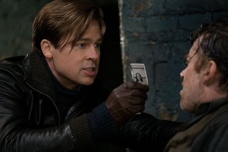 Brad Pitt lep ve so voi ban dien trong 'Lien minh sat thu' - Anh 4