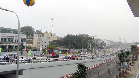 [Anh]: Thong xe cau vuot 'khung' tai nut giao 'nong' nhat Ha Noi - Anh 3