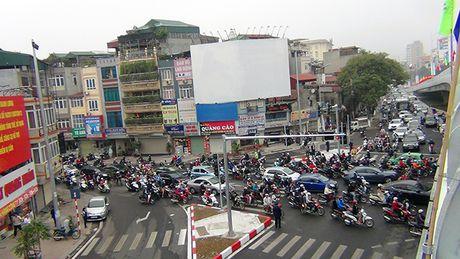 [Anh]: Thong xe cau vuot 'khung' tai nut giao 'nong' nhat Ha Noi - Anh 7