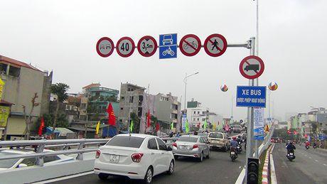 [Anh]: Thong xe cau vuot 'khung' tai nut giao 'nong' nhat Ha Noi - Anh 9