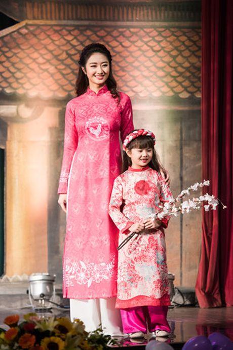Hoa hau Thu Ngan trinh dien ao dai do Hoa hau Ngoc Han thiet ke - Anh 2
