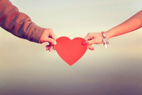 Tinh huong tro treu ngay Valentine (1): Mat tien mua buc vao nguoi - Anh 1