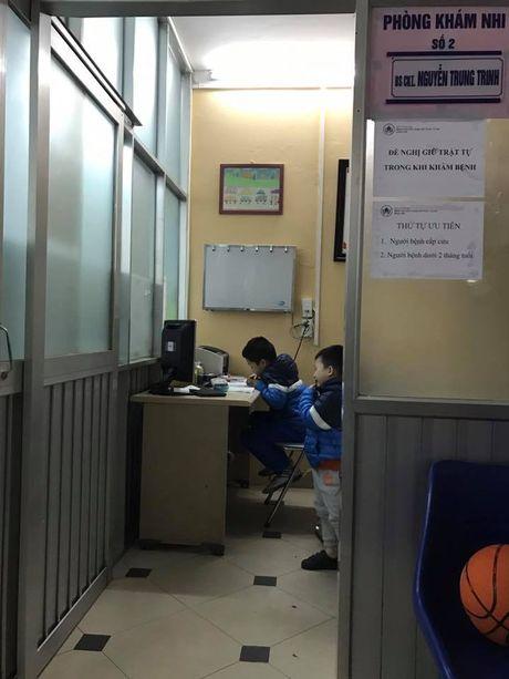 3 con trai cua BTV Quang Minh cung di vien mot luc - Anh 1