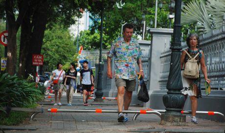 Sai Gon lap barie tren via he: Bao ve nguoi di bo, chong xe may leo le - Anh 3