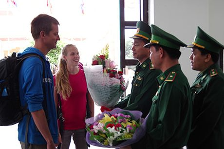 Don 2 hanh khach quoc te dau tien vao Viet Nam bang thi thuc dien tu - Anh 1