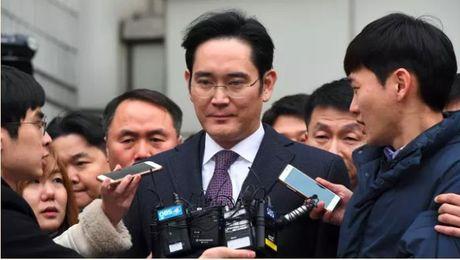 Pho chu tich tap doan Samsung bi bat giu vi dua hoi lo - Anh 2