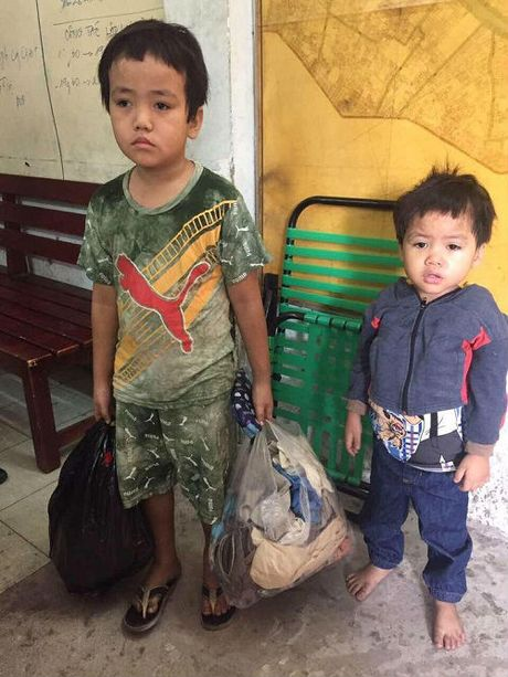 Xot thuong canh anh 5 tuoi dat em 3 tuoi lang thang tim cha me trong dem - Anh 1