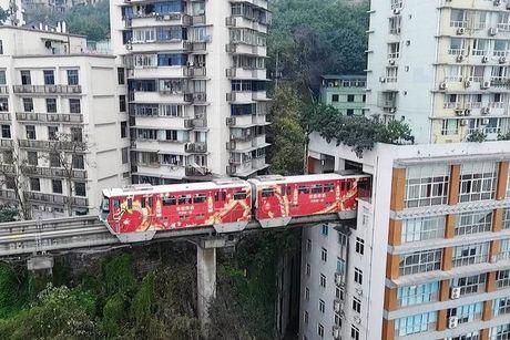 Canh tau dien tren cao chay xuyen qua chung cu 19 tang - Anh 1
