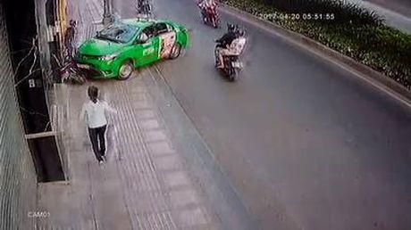 Taxi Mai Linh lao xe gay va cham de chan ten cuop tao ton - Anh 1