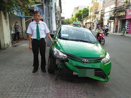 Tai xe taxi Mai Linh ke lai giay phut lao xe vao ten cuop - Anh 1