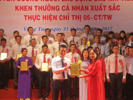 Ho tro hon 1 ti dong cho NLD co hoan canh kho khan nhan dip Thang cong nhan - Anh 2