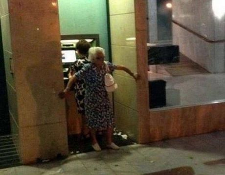 Bat gap hinh anh 'oai oam' khi rut tien o cay ATM - Anh 12