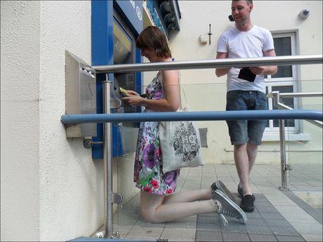 Bat gap hinh anh 'oai oam' khi rut tien o cay ATM - Anh 1
