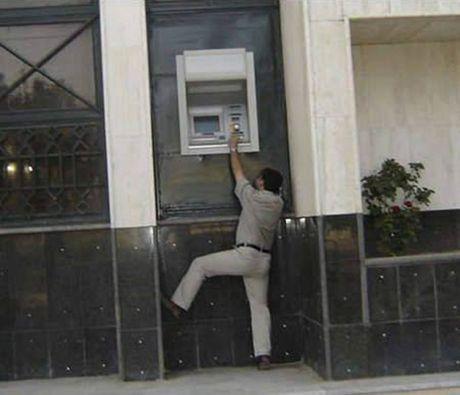 Bat gap hinh anh 'oai oam' khi rut tien o cay ATM - Anh 2