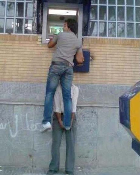 Bat gap hinh anh 'oai oam' khi rut tien o cay ATM - Anh 4