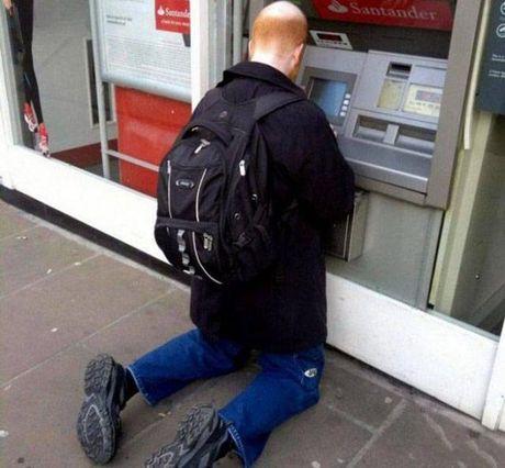 Bat gap hinh anh 'oai oam' khi rut tien o cay ATM - Anh 6