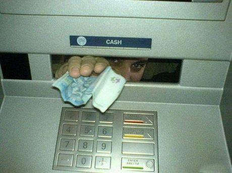 Bat gap hinh anh 'oai oam' khi rut tien o cay ATM - Anh 7
