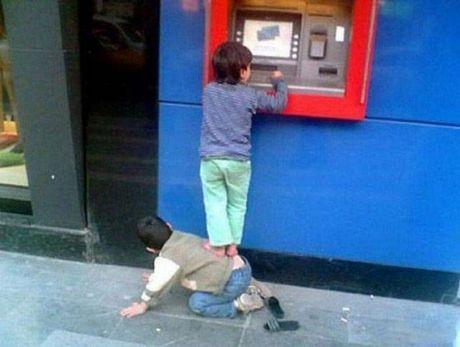 Bat gap hinh anh 'oai oam' khi rut tien o cay ATM - Anh 8