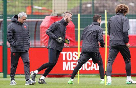 Mourinho 'doi keo' khien Real dieu dung vu De Gea - Anh 1