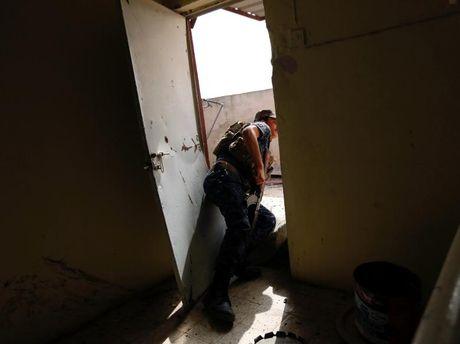 Chum anh giai phong Mosul: Phien quan IS 'ca nam tren thot' - Anh 4