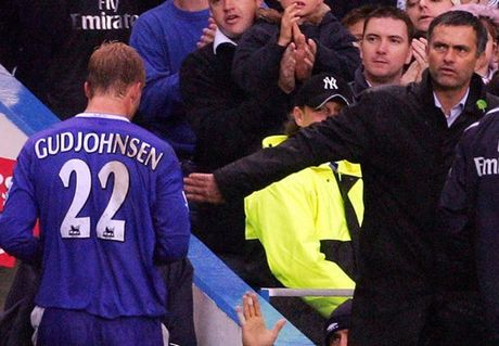 Buong Ngoai hang Anh, lo Europa League: Dung noi Mourinho hen ha - Anh 2
