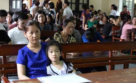 Vu nu sinh bi ban nem thuoc hong mat: Nha truong phai boi thuong 110 trieu dong - Anh 1