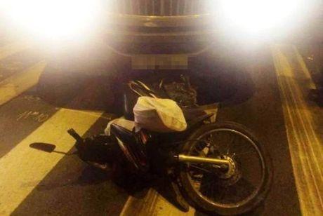 Hai me con bi xe container cuon vao gam tu vong tai cho cuc thuong tam - Anh 1