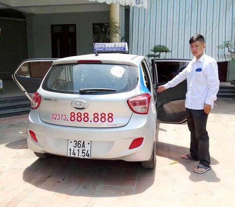 Thong tin bat ngo ve chiec taxi mo 2 cua phong vun vut tren duong - Anh 3