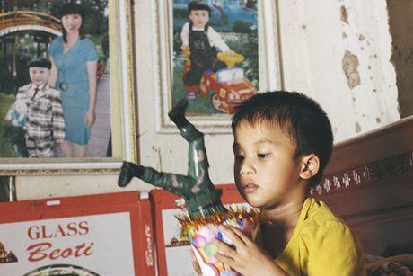 Me ngoi xe lan chat chiu tung dong nuoi con an hoc - Anh 2