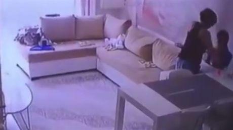 Cha me bat khoc khi xem camera chung kien con bi bao mau bao hanh - Anh 2