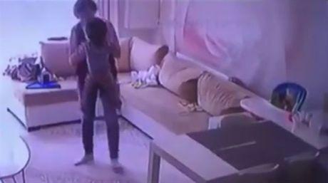 Cha me bat khoc khi xem camera chung kien con bi bao mau bao hanh - Anh 3