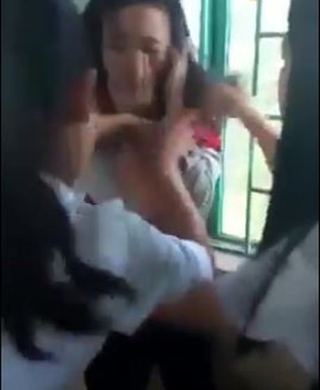 Xac minh clip nhom nu sinh cap 2 danh ban vi ghen tuong - Anh 1