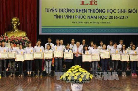 Vinh Phuc khen thuong cac hoc sinh doat thanh tich cao quoc gia va quoc te - Anh 1