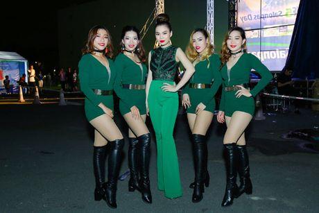 Giang Hong Ngoc khoe dang voi jumpsuit xanh la, muot mo hoi tai su kien - Anh 2