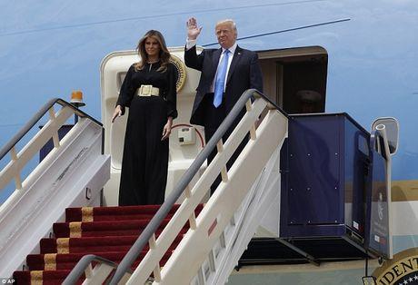 Giua bao du luan, Trump va vo lan dau cong du nuoc ngoai - Anh 1