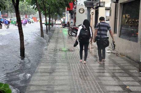 'Song' cao gan 2m tren pho Sai Gon sau con mua nhu trut nuoc - Anh 13